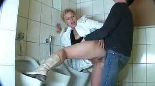 Szex egy érett nővel nyilvános wc-ben. Guy fucks a mature in a public bathroom.
