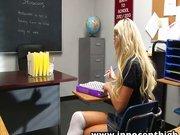Szőke diáklány iskolában