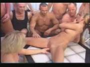 Orosz csajszik faszokkal körbevéve. Gangbang szex 6 pasival. - russian gang bang 2 girls 6 guys