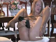Mature nő vetkőzik, masztizik egy széken