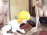 Amatőr pár szexel gumi babával. A csaj leszopja az igazi pasit. Couple & Blow Up Doll