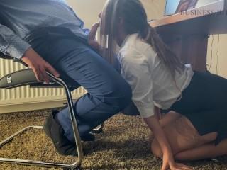 Bögyös titkárnö szopja a főnök faszát az irodában