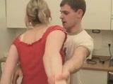 Fiatal csávó a konyhában keféli az öreg szőkét