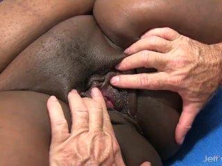 Rövid jelenet, ahogy a fekete ribancot kefélik és szopja a faszt. - Fat Black bitch