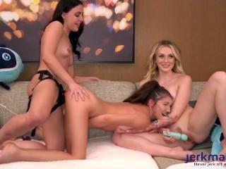 Három leszbi tini vetkőzik a webcam előtt