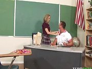 Szőke csaj elcsábítja a tanárát