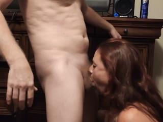 Fiatal feleség mélytorokkal  szopja a szomszéd far