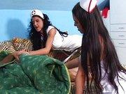 Nővérke duó handjob akcióban a lázas beteg farkán