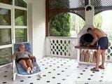 Nagyi és az unoka a teraszon kefél
