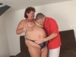 Fiatal srác kefél egy duci nőt