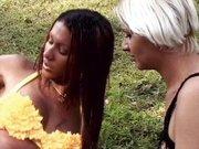 Néger travi egy szőke csajt kefél a szabadban