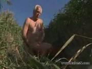 Családi szex nagypapival és unokájával. Szopás és dugás a napos tengerparton.