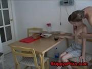 Nagybácsi dugja unokahugát a konyhában