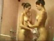 Leszbikus iker pár kényezteti egymást a zuhany alatt. Csókok, simogatás és ujjazás. Iker testvér szex a zuhany alatt.