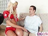Travi ápolónő leápolja a beteg farkát, aki cserébe jól seggbebassza. Shemale szexi ápolónő.