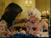 Leszbikus párosunk retro hangulatot idéző ruházatban és hajviselettel borozgat, majd a következő képkockán már az asztalon fekszenek félmeztelenül. Érzéki csókok és pinanyalás után a franciapózt felvéve egészen orgazmusig nyalják egymás pináját.