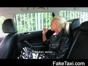 Taxiban felvett videó egy szösziről.
