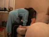 Amatőr pár a kanapén a karácsonyfa mellett - Busty chick used for sex at home