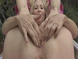 Szőke mature nagymama maszturbál