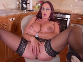 Nagynéni a konyhában masztizik egy nagyot.
