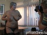 Amatőr magyar duci nagyi kipróbálja magát a pornóiparban... Annyira be van indulva, hogy még a fotóssal is kinyalatná magát, aztán kap egy fiatal faszt, és azzal jól elvan :D