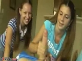 Iskolás lányok kiverik a répát
