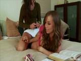 Fiatal leszbi csajszik simogatják, nyalják egymás punciját az unalmas tanulás helyett. -   Young lesbian friends pussyeating
