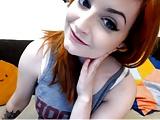 Nagymellű vörös csaj villant a webcamon