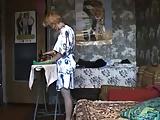Anyát csábítja el fia vasalás közben