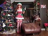 Ariel masztizik a karácsonyfa alatt
