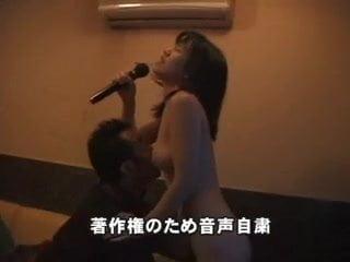 Ázsiai csaj egy karaoke klubban