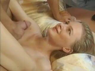 Szőke szőrös puncijú magyar csaj olaszországi egyetemére pornóval keresi a pénzt. Egy gyors casting után máris bizonyíthatja tehetségét.