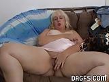 Rosa nagynéni velem veteti videóra ahogy hájas muffját kényezteti. - Aunt Rosa masturbates