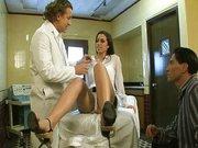 A doktor kezelési javaslata hármasszex. A beteg érdekében azonnal el kell kezdeni a kúrát, így hát a férjjel együtt meg is kúrják az asszonyt. - Courtney James fucked twice as hard
