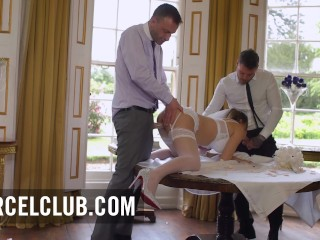 Ideges menyasszonyt az esküvő előtt a férj és a tanú nyugtatja le egy jó kis keféléssel. Az ifjú menyasszony imád szopni és alig várja hogy seggét és punciját jól megtömjék.