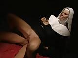 Gabriella Zaros mint apáca kefél
