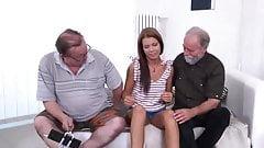 Szexi barna idős nagybátyjaival agy ágyban