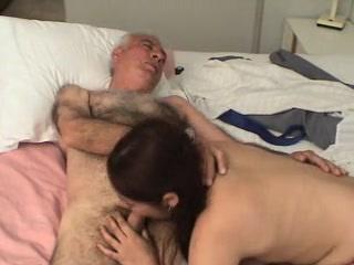 Tini lány szopja saját apja faszát