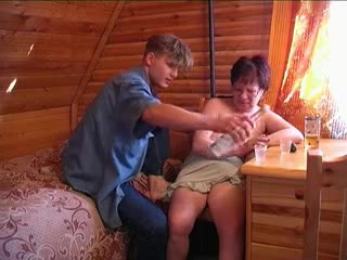 Mature nagyi tanítja unokáját