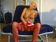Ha egy szőke nő beindul, annak még az ünnep sem szabhat határt, a kanapén van hely bőven egy karácsonyi masztihoz.