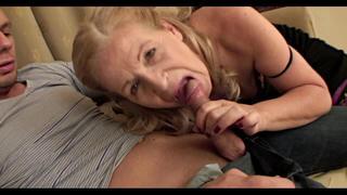 Unoka szopatja saját nagyiját