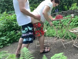 Kövér barna nő punciját locsolja
