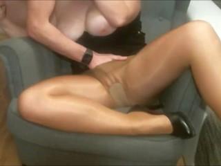 Fotelben ülve kapja elő pasija az érett nőt, és a mélytorkos szopás után keményen megbassza lyukait is.