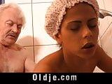 Fiatal lány a 80 éves nagypapával kufircol