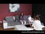 Barna hajú csaj interjún, megtapasztalja a leszbikusok...