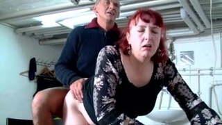 Vörös Amanda öreg csávójával hatalmasat kefélnek lent a pincében. Nagy szopások és nyalások is láthatóak. Az érett csaj igen szereti a faszt és ezt nagyon élvezi is, mikor behatol a pinájába.