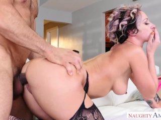 Dögös feleség kúr az ágyban barátjával
