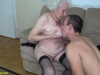 Megkúrja a nagymamát