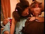 Anya és lánya megosztoznak a faszon