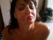 Orosz anyuka a fiatal csávóval belelendül a dolgok sűrűjébe. Amatőr szex. -  Russian mother gets fucked